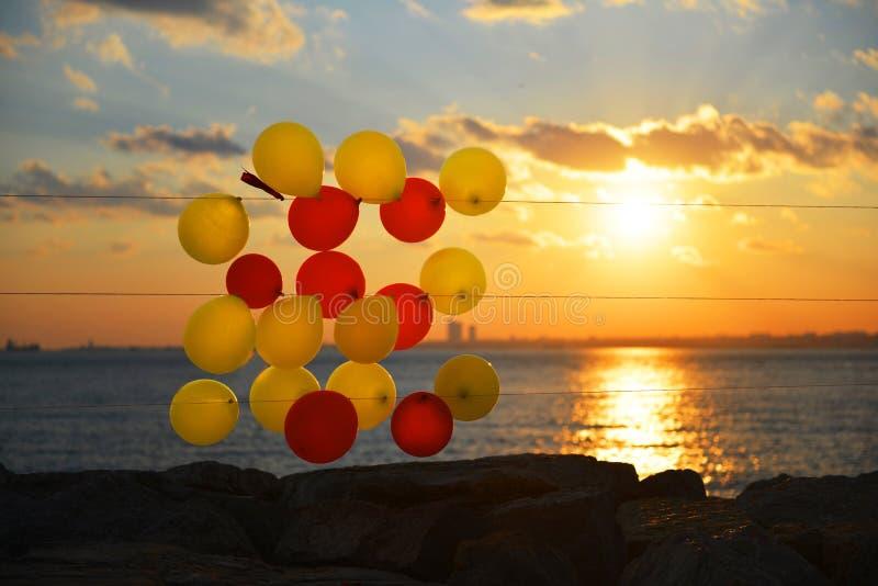 Ζωηρόχρωμα μπαλόνια στην παραλία στοκ φωτογραφίες με δικαίωμα ελεύθερης χρήσης