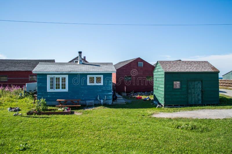 Ζωηρόχρωμα ξύλινα σπίτια στο εθνικό πάρκο Gros Morne στη νέα γη στοκ φωτογραφία