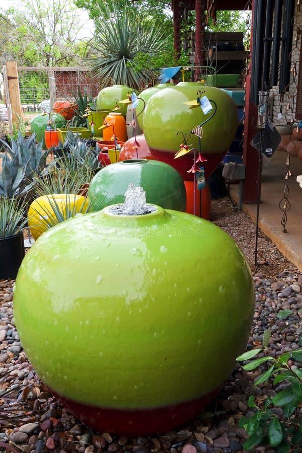 Ζωηρόχρωμα δοχεία κήπων στοκ εικόνες
