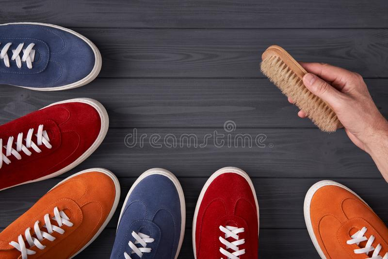 Ζωηρόχρωμα πάνινα παπούτσια σουέτ που διαμορφώνουν ένα πλαίσιο με το διάστημα αντιγράφων, στις γκρίζες ξύλινες σανίδες στοκ εικόνες με δικαίωμα ελεύθερης χρήσης