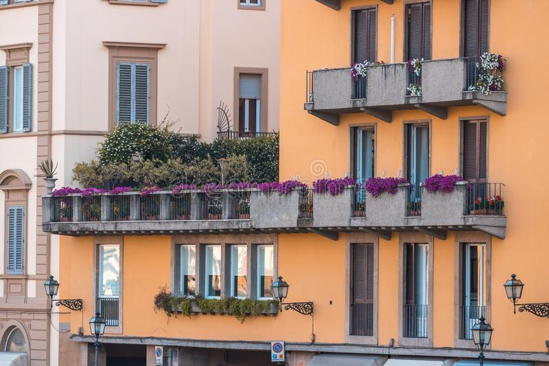Ζωηρόχρωμα παλαιά κτήρια στη Φλωρεντία, Ιταλία παλαιά πόλη στοκ φωτογραφία