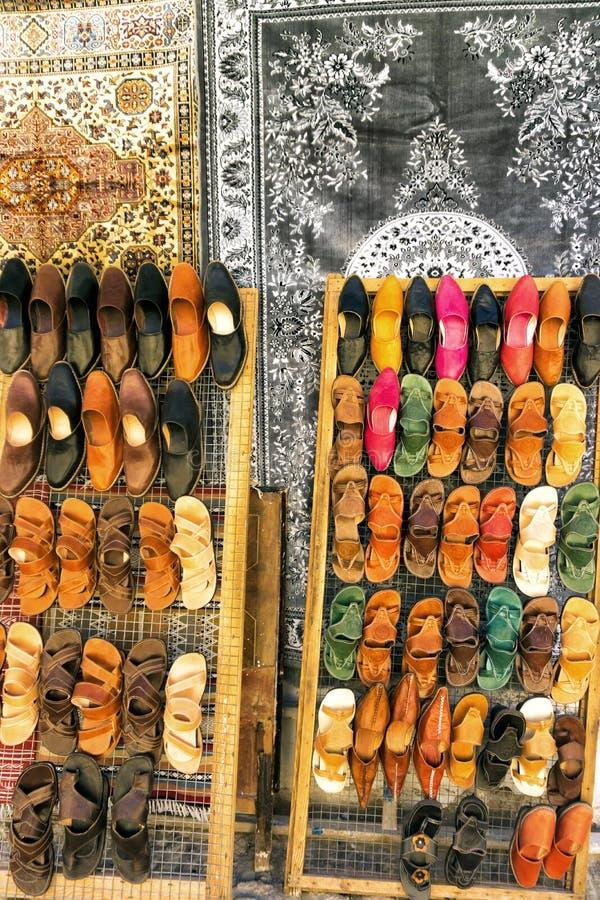 Ζωηρόχρωμα παραδοσιακά παπούτσια για την πώληση σε Kairouan, Τυνησία στοκ φωτογραφία