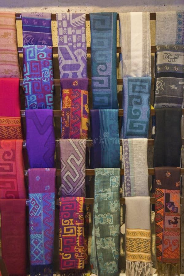 Ζωηρόχρωμα περουβιανά κλωστοϋφαντουργικά προϊόντα μαλλιού προβατοκαμήλου στοκ εικόνα με δικαίωμα ελεύθερης χρήσης