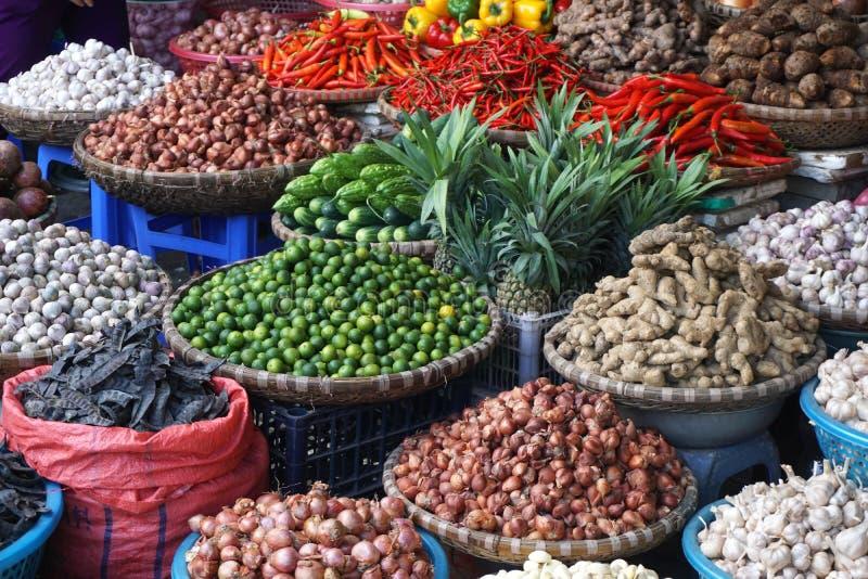 Ζωηρόχρωμα πιπέρια, φρούτα και άλλα προϊόντα για την πώληση στην ασιατική αγορά στοκ εικόνες με δικαίωμα ελεύθερης χρήσης