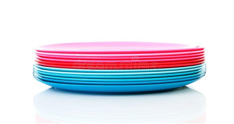 ζωηρόχρωμα πλαστικά πιάτα σ στοκ εικόνα
