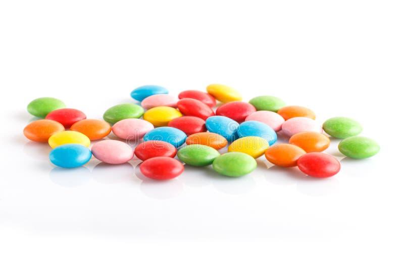 Ζωηρόχρωμα πολύχρωμα dragees καραμελών σοκολάτας που απομονώνονται στο άσπρο υπόβαθρο στοκ εικόνα με δικαίωμα ελεύθερης χρήσης