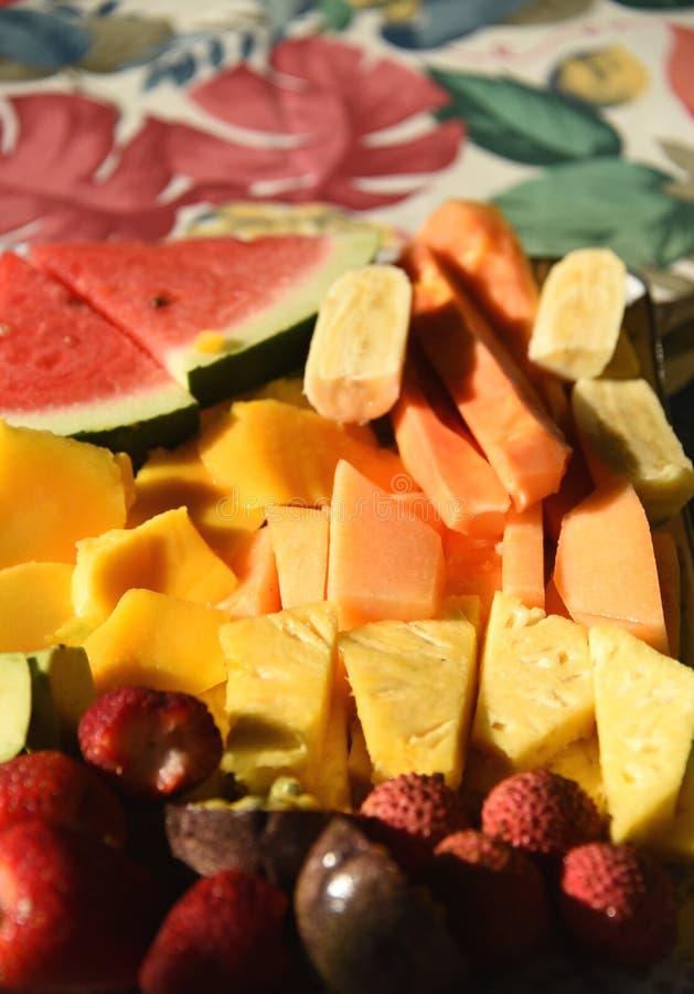 Ζωηρόχρωμα πρόσφατα κομμένα φρούτα και μούρα ΤΡΟΦΙΜΩΝ υπέροχα στοκ εικόνες με δικαίωμα ελεύθερης χρήσης