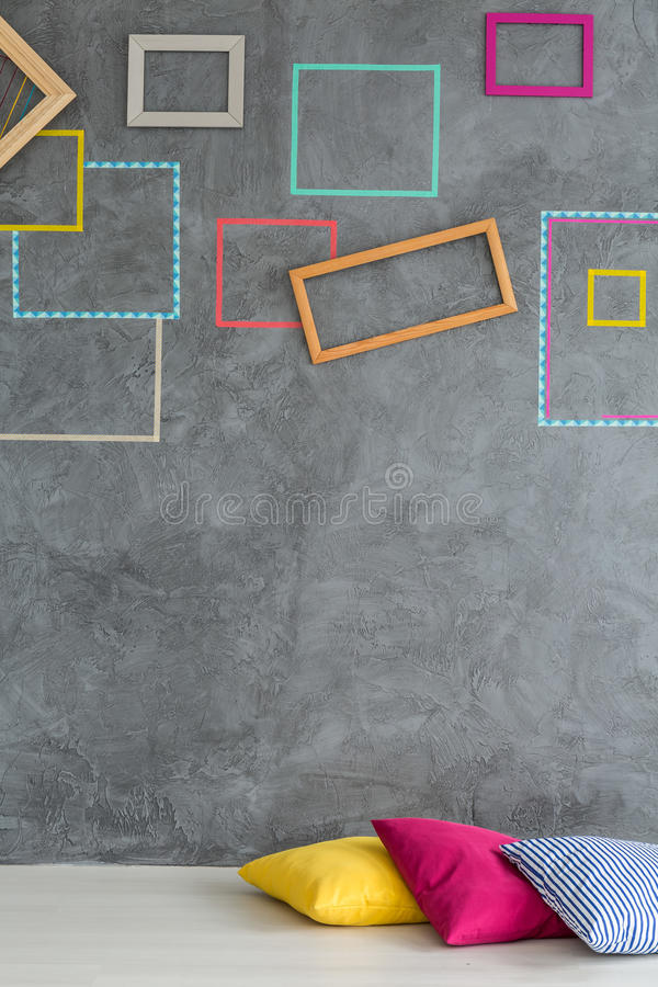 Ζωηρόχρωμα πλαίσια στον γκρίζο τοίχο στοκ εικόνες