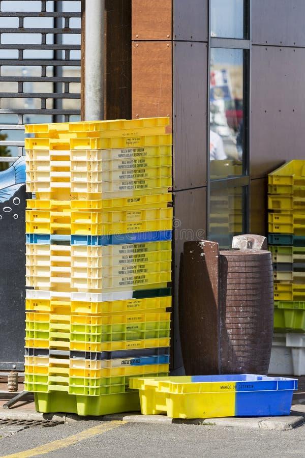 Ζωηρόχρωμα πλαστικά κλουβιά κιβωτίων Σωροί εμπορευματοκιβωτίων συσκευασίας για την αποθήκευση ψαριών της σύλληψης στοκ εικόνες