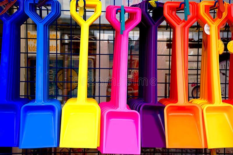 Ζωηρόχρωμα πλαστικά φτυάρια στο κατάστημα στοκ φωτογραφίες με δικαίωμα ελεύθερης χρήσης