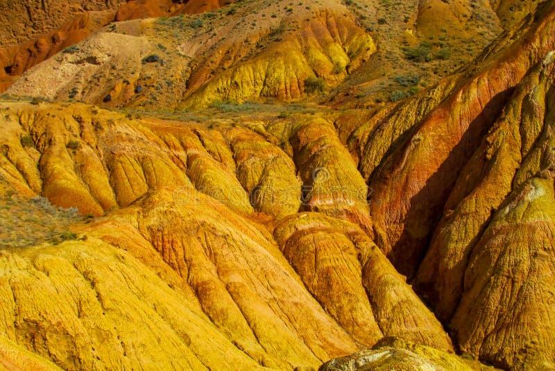Ζωηρόχρωμα ριγωτά βουνά, κίτρινοι και διαφορετικοί χρωματισμένοι χρώμα λόφοι στοκ εικόνα