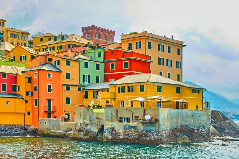 Ζωηρόχρωμα σπίτια θαλασσίως σε Boccadasse στη Γένοβα στοκ φωτογραφία με δικαίωμα ελεύθερης χρήσης