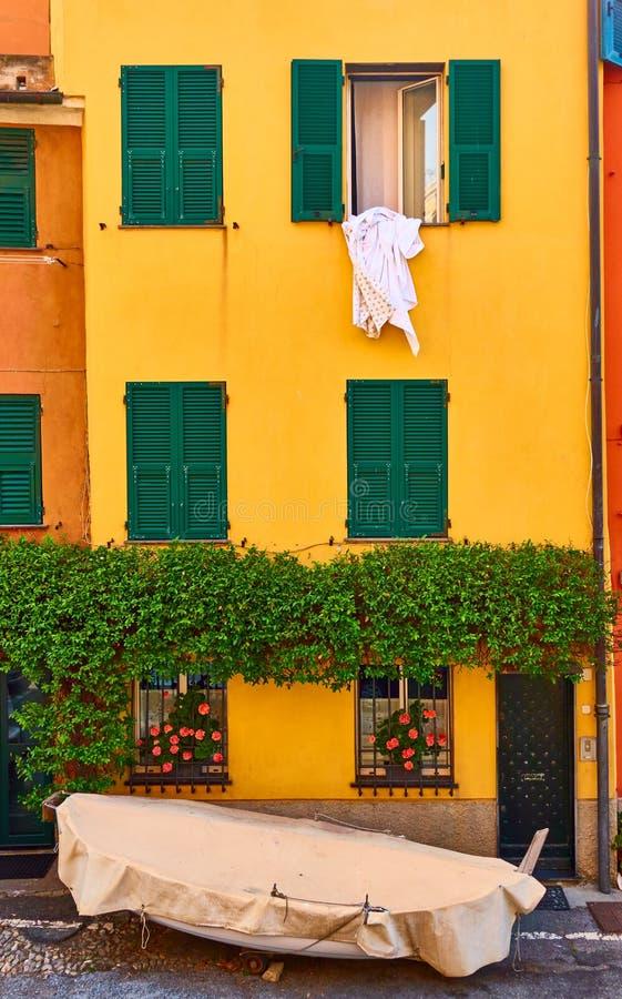 Ζωηρόχρωμα σπίτια στην περιοχή Boccadasse στη Γένοβα στοκ φωτογραφία