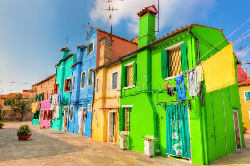 Ζωηρόχρωμα σπίτια στο νησί Burano, κοντά στη Βενετία, Ιταλία στοκ φωτογραφίες με δικαίωμα ελεύθερης χρήσης