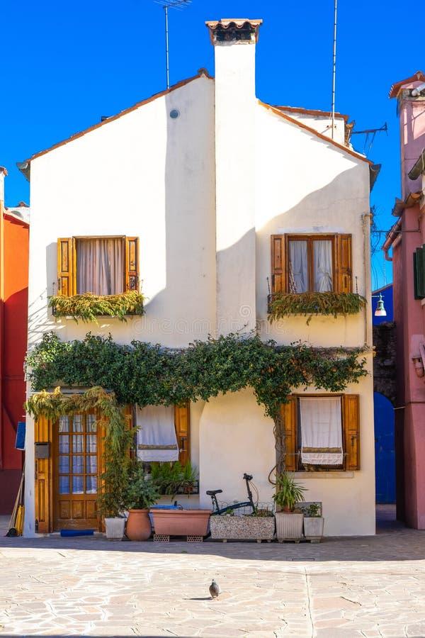 Ζωηρόχρωμα σπίτια του νησιού Burano Βενετία Χαρακτηριστική οδός με την ένωση του πλυντηρίου στις προσόψεις των ζωηρόχρωμων σπιτιώ στοκ φωτογραφίες