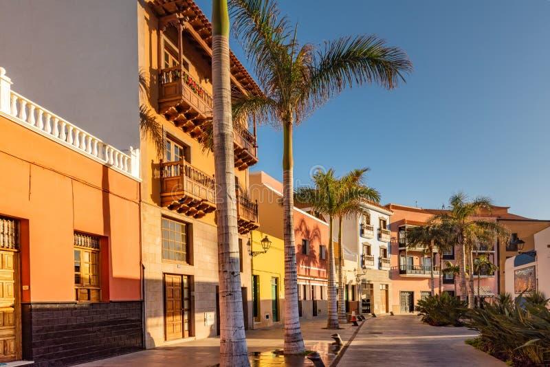 Ζωηρόχρωμα σπίτια, φοίνικας πόλης Tenerife οδών Puerto de Λα Cruz στα Κανάρια νησιά στοκ φωτογραφία