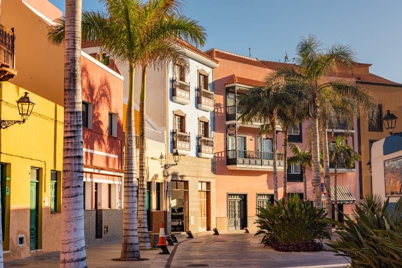 Ζωηρόχρωμα σπίτια, φοίνικας πόλης Tenerife οδών Puerto de Λα Cruz στα Κανάρια νησιά στοκ φωτογραφίες με δικαίωμα ελεύθερης χρήσης