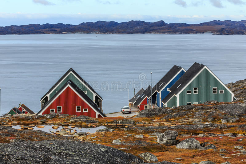 Ζωηρόχρωμα σπίτια Inuit στο φιορδ στοκ εικόνες με δικαίωμα ελεύθερης χρήσης