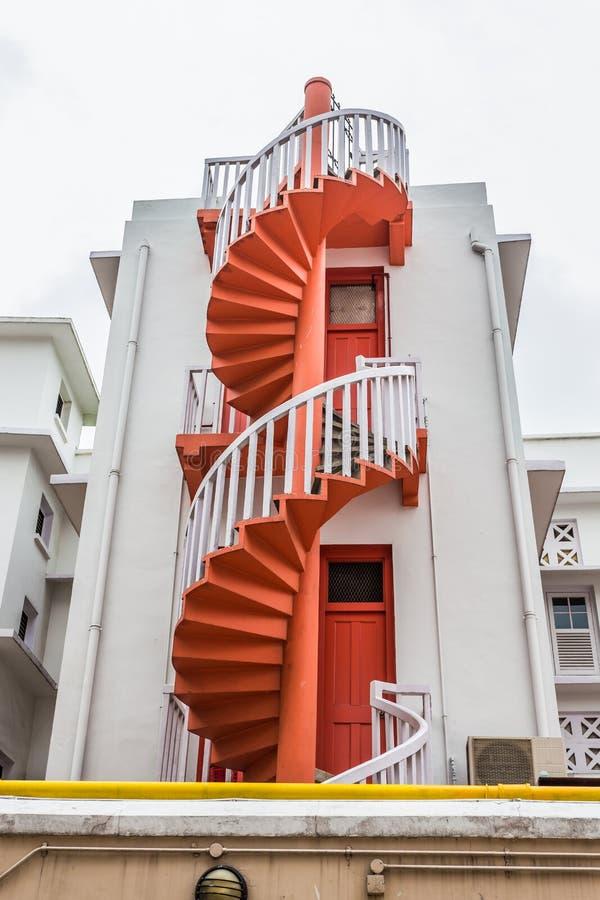 Ζωηρόχρωμα σπειροειδή σκαλοπάτια και ζωηρόχρωμος αστικός του χωριού Bugis της Σιγκαπούρης στοκ εικόνες