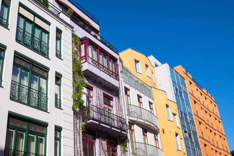 Ζωηρόχρωμα σύγχρονα townhouses στοκ εικόνα