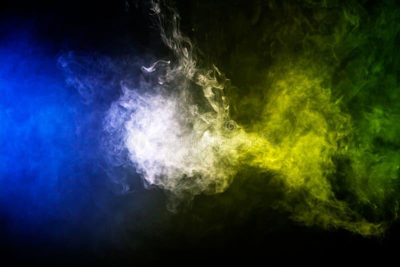 Ζωηρόχρωμα σύννεφα καπνού στοκ φωτογραφίες