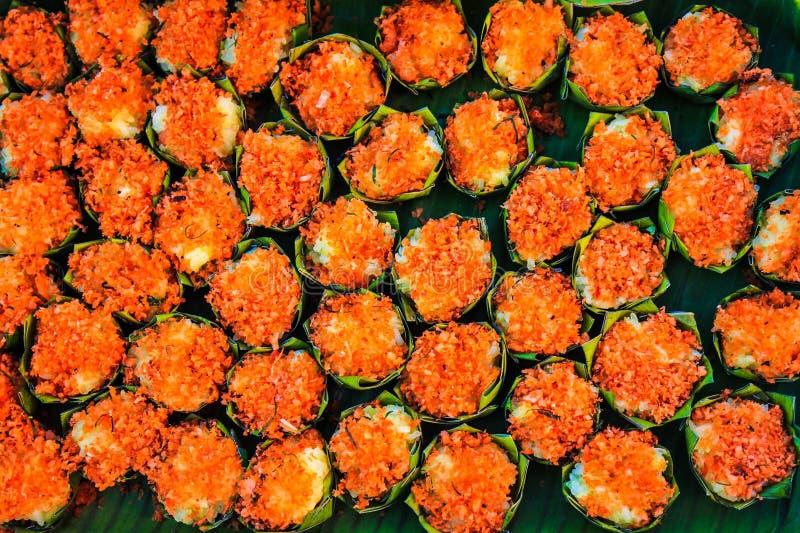 Ζωηρόχρωμα ταϊλανδικά επιδόρπια που συσκευάζονται στα στρογγυλά φύλλα μπανανών που τακτοποιούνται υπέροχα στοκ εικόνες με δικαίωμα ελεύθερης χρήσης
