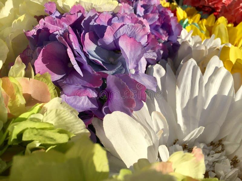Ζωηρόχρωμα τεχνητά λουλούδια στοκ φωτογραφίες
