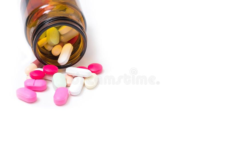 Ζωηρόχρωμα φάρμακα και φάρμακα σε ένα μπουκάλι σε ένα άσπρο υπόβαθρο στοκ εικόνα με δικαίωμα ελεύθερης χρήσης