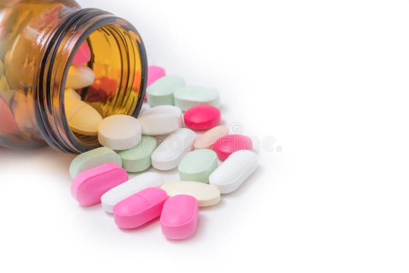 Ζωηρόχρωμα φάρμακα και φάρμακα σε ένα μπουκάλι σε ένα άσπρο υπόβαθρο στοκ εικόνα