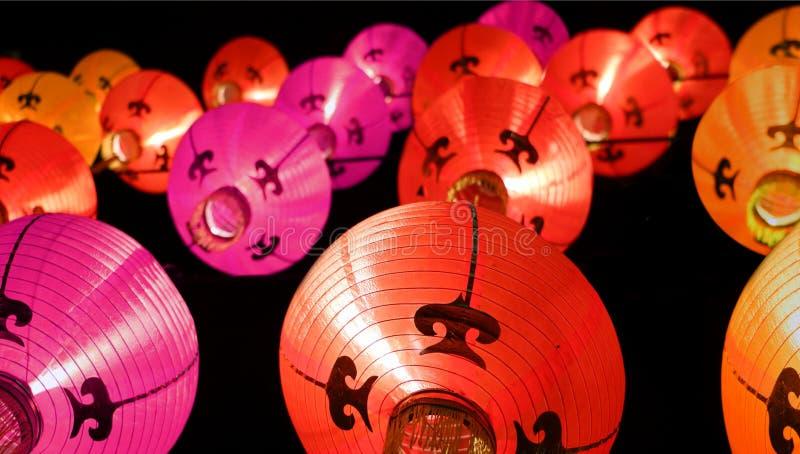 Ζωηρόχρωμα φανάρια τη νύχτα - κινεζικές νέες διακοσμήσεις έτους στοκ εικόνες