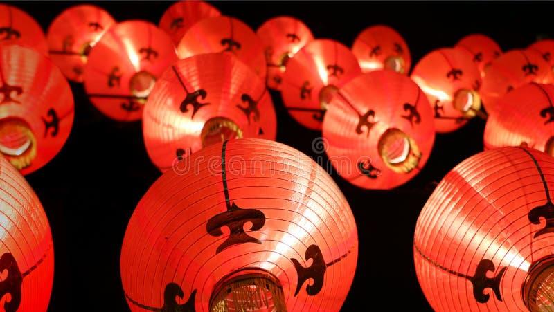 Ζωηρόχρωμα φανάρια τη νύχτα (πνεύμονας του Tang) - κινεζικές νέες διακοσμήσεις έτους στοκ εικόνες