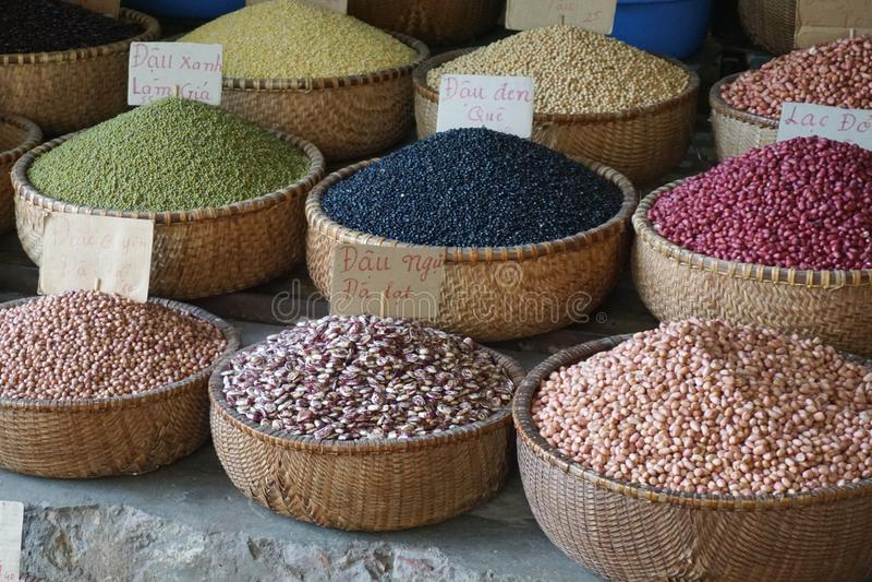 Ζωηρόχρωμα φασόλια και σιτάρια για την πώληση στην ασιατική αγορά στοκ εικόνες