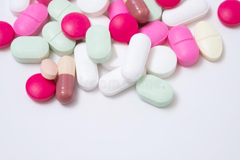 Ζωηρόχρωμα χάπια φαρμάκων που απομονώνονται στο άσπρο υπόβαθρο στοκ φωτογραφίες με δικαίωμα ελεύθερης χρήσης