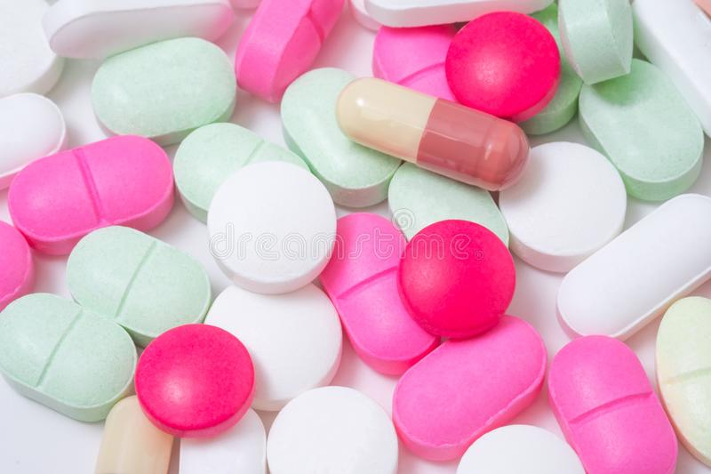 Ζωηρόχρωμα χάπια φαρμάκων που απομονώνονται στο άσπρο υπόβαθρο στοκ φωτογραφία