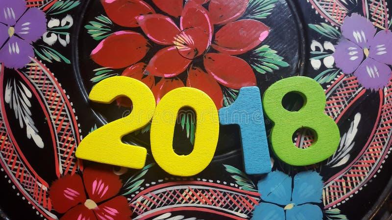 ζωηρόχρωμα ψηφία που διαμορφώνουν τον αριθμό 2018 στο υπόβαθρο της ζωγραφικής λουλουδιών στοκ εικόνες με δικαίωμα ελεύθερης χρήσης
