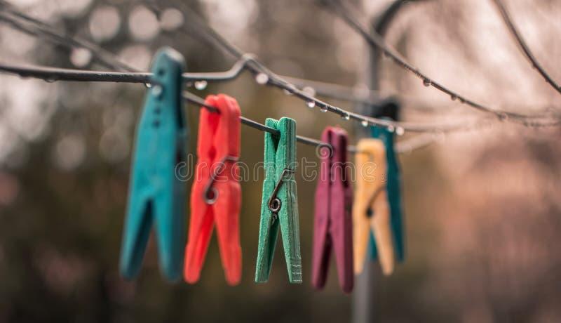 Ζωηρόχρωμα clothespins στο σχοινί στοκ εικόνα με δικαίωμα ελεύθερης χρήσης