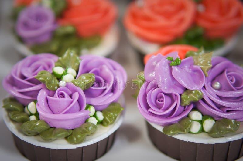 Ζωηρόχρωμα cupcakes για τα γενέθλια στοκ εικόνες