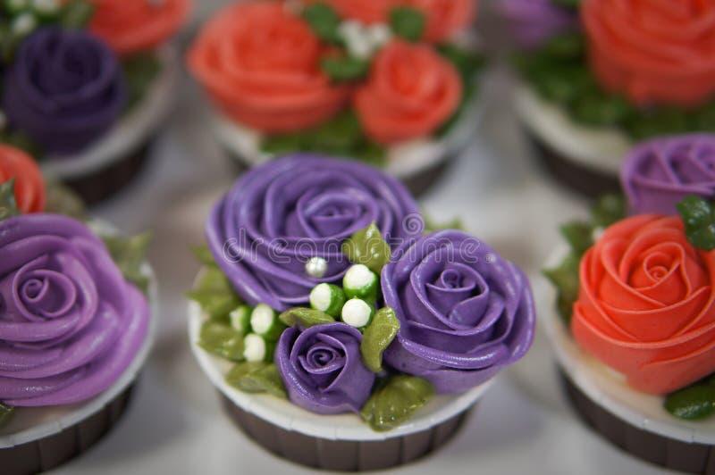 Ζωηρόχρωμα cupcakes για τα γενέθλια στοκ φωτογραφία