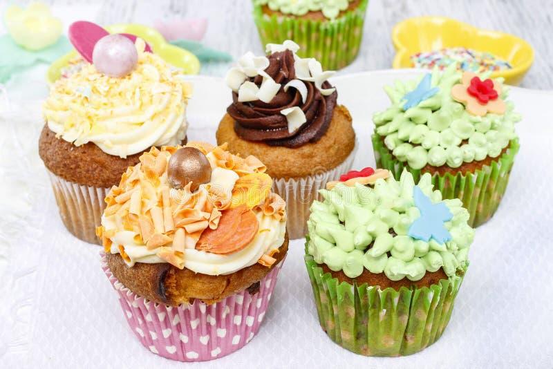 Ζωηρόχρωμα cupcakes στοκ εικόνες με δικαίωμα ελεύθερης χρήσης