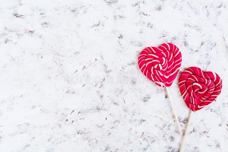 Ζωηρόχρωμα lollipops στο άσπρο υπόβαθρο r στοκ φωτογραφίες