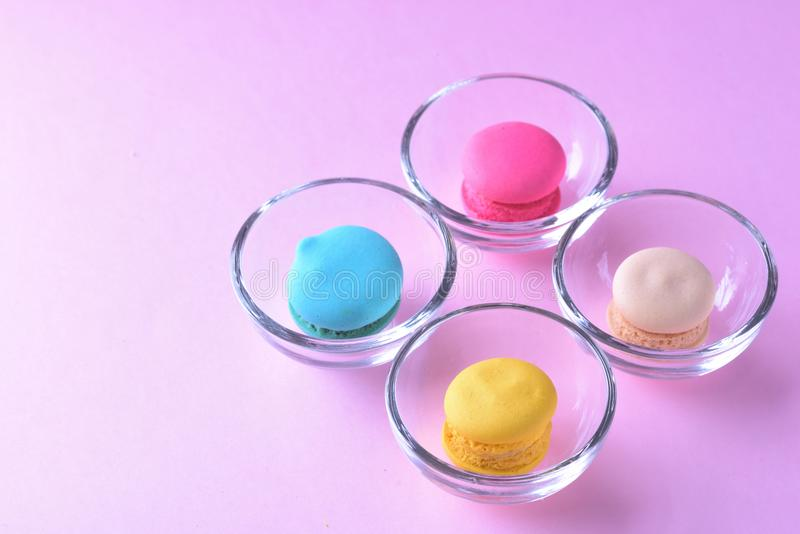 Ζωηρόχρωμα macarons ή macaroons στο γλυκό beauti επιδορπίων φλυτζανιών γυαλιού στοκ φωτογραφία με δικαίωμα ελεύθερης χρήσης