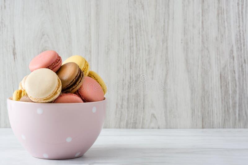 Ζωηρόχρωμα macarons σε ένα εκλεκτής ποιότητας κύπελλο στοκ φωτογραφία με δικαίωμα ελεύθερης χρήσης