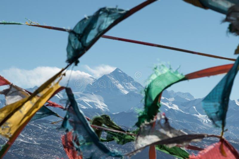Ζωηρόχρωμες βουδιστικές σημαίες προσευχής με το όρος Έβερεστ στο υπόβ στοκ φωτογραφία