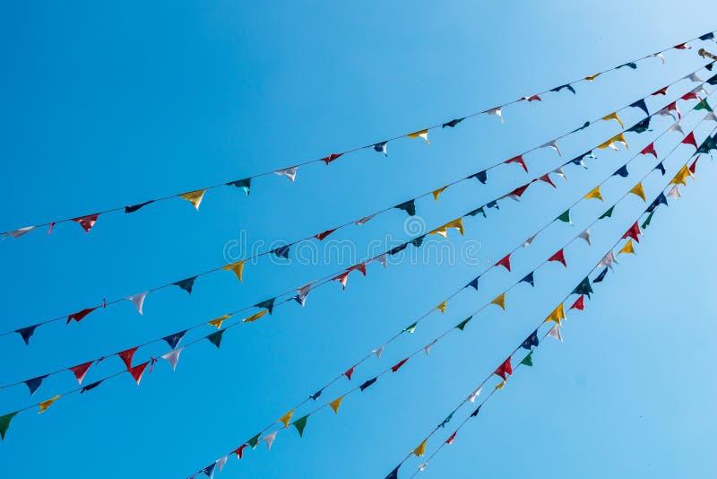 Ζωηρόχρωμες βουδιστικές σημαίες προσευχής - υπόβαθρο μπλε ουρανού στοκ εικόνες με δικαίωμα ελεύθερης χρήσης