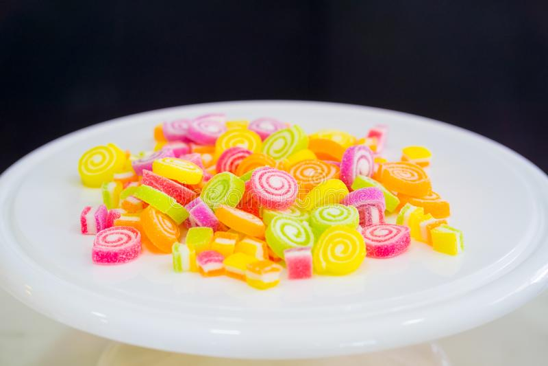 Ζωηρόχρωμες γλυκές καραμέλες ζελατίνας στο άσπρο πιάτο στοκ εικόνες με δικαίωμα ελεύθερης χρήσης