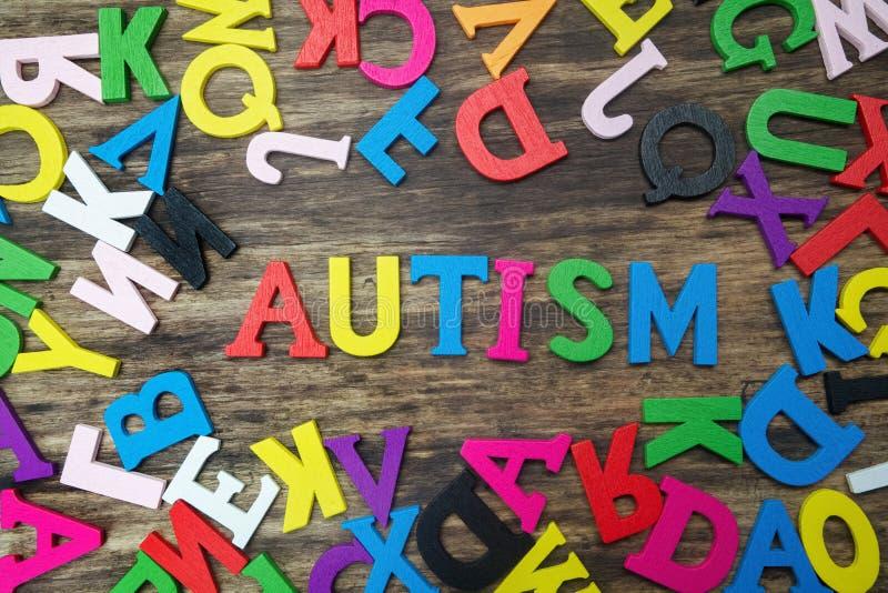 Ζωηρόχρωμες επιστολές που εξηγούν τον αυτισμό στοκ φωτογραφίες