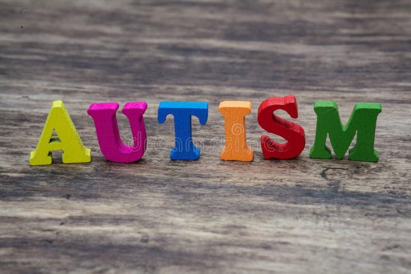 Ζωηρόχρωμες επιστολές που εξηγούν τον αυτισμό στοκ εικόνα με δικαίωμα ελεύθερης χρήσης