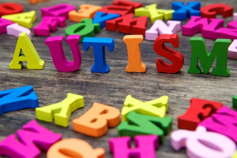 Ζωηρόχρωμες επιστολές που εξηγούν τον αυτισμό στοκ εικόνα