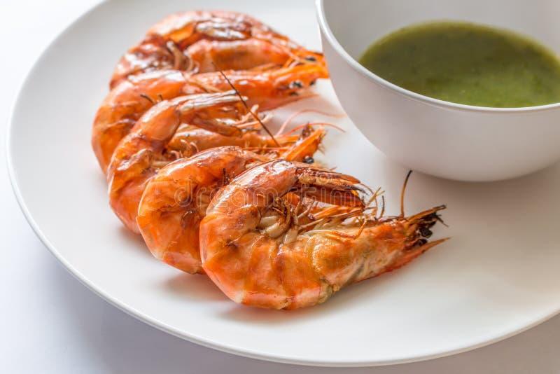 Ζωηρόχρωμες εύγευστες ψημένες στη σχάρα γαρίδες με την πικάντικη σάλτσα θαλασσινών, Clo στοκ εικόνα