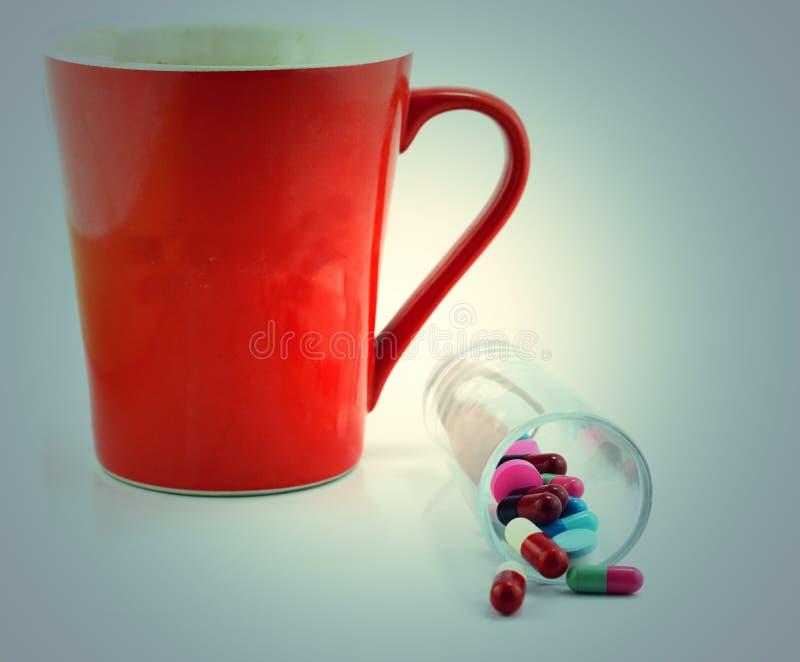 Ζωηρόχρωμες ιατρικές χάπια και κάψες στο άσπρο υπόβαθρο στοκ εικόνες